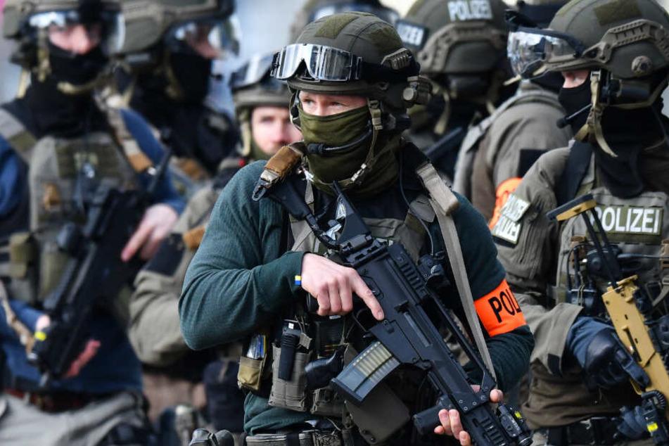 Bewaffneter Mann verschanzt sich: SEK-Einsatz in Wiesbaden