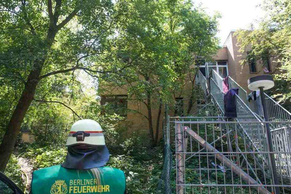 Über eine lange Außentreppe verschaffte sich die Berliner Feuerwehr Zutritt zum Brandherd.