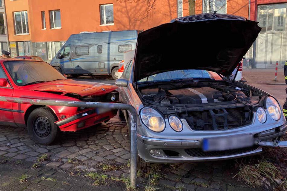 Der Mercedes krachte gegen ein parkendes Auto und einen Fahrradbügel.