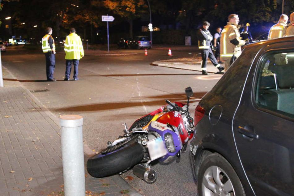Die verunglückte Kawasaki ist gegen ein geparktes Auto geschlittert.