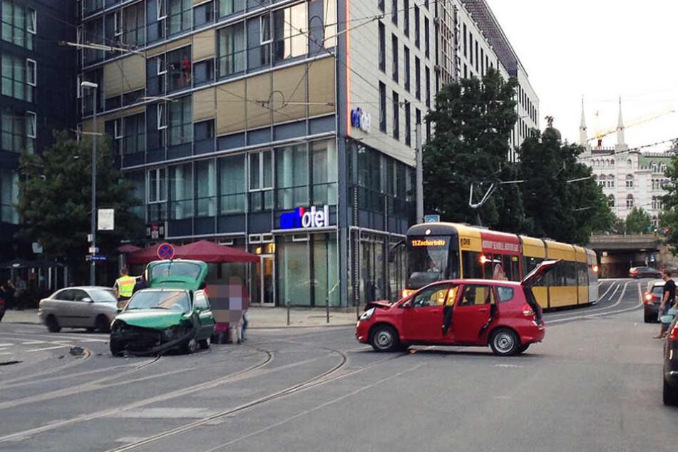 An der Ecke Ostra-Allee Ecke Maxstraße krachten zwei Kleinwagen gegeneinander.