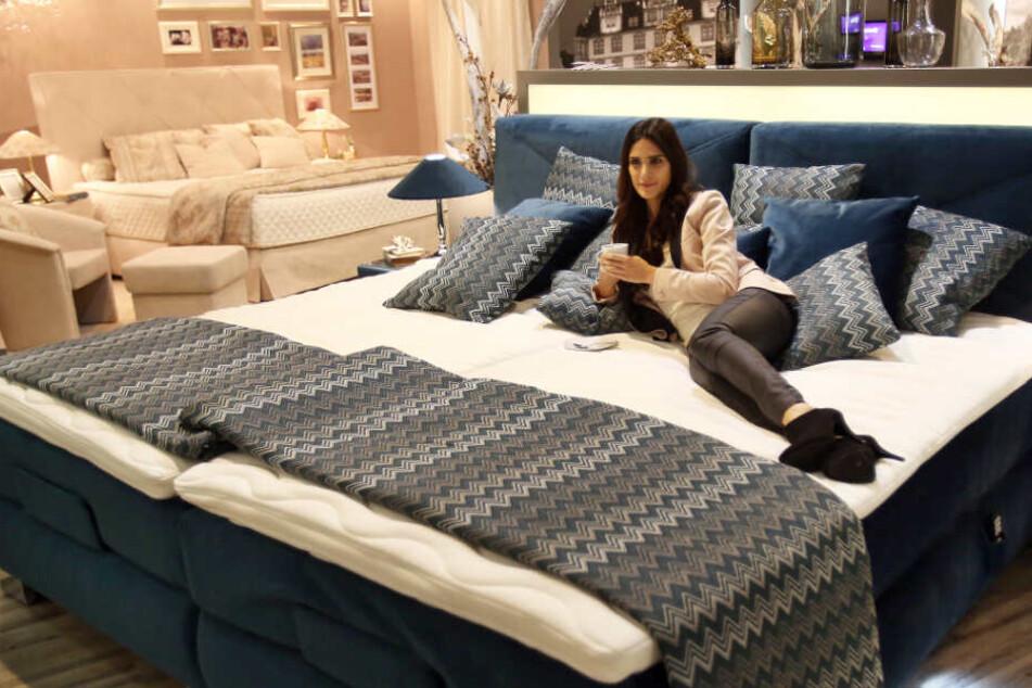 Ein Boxspringbett mit zwei Matratzen.