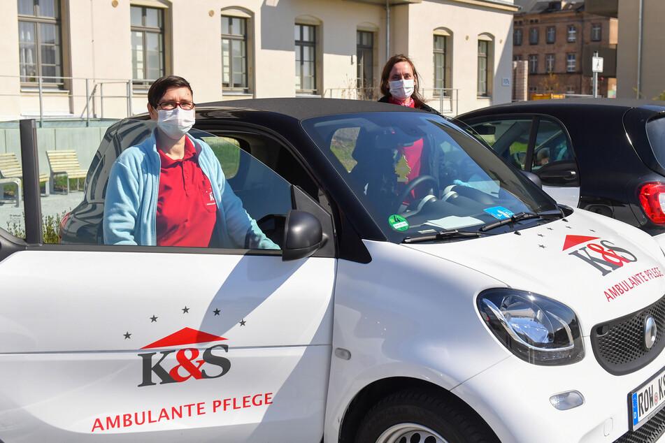 Ina Trautmann (39,l.) und Marnit Kawohl (40) vor ihrem Dienst- Smart. Die Fahrtzeiten zu ihren Klienten haben sich seit der Ausgangssperre deutlich verringert.