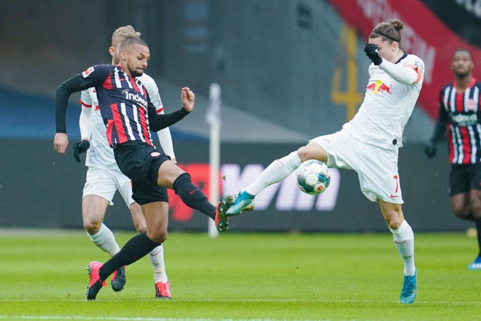 Frankfurts Djibril Sow (Li.) und RB-Kapitän Marcel Sabitzer im Duell um den Ball.