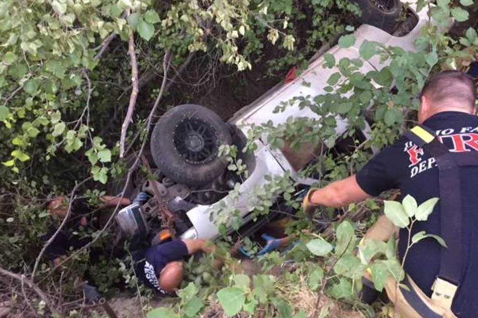 Der schwere Pick-up hatte den Fahrer beim Überschlag unter sich eingeklemmt.