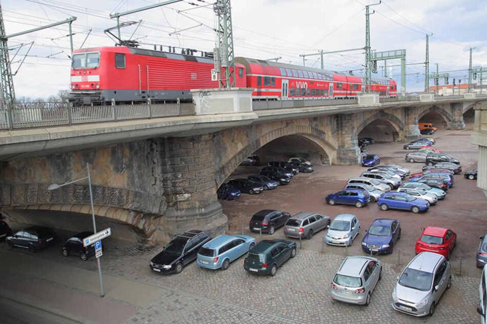 Mehr als 100 Autos stehen zum Teil täglich unter der Marienbrücke.