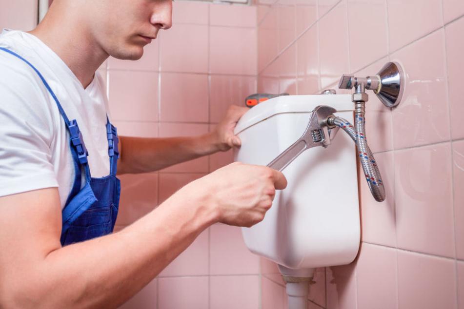 Handwerker will Toilette reparieren, dann entdeckt er eine Leiche hinter der Wand