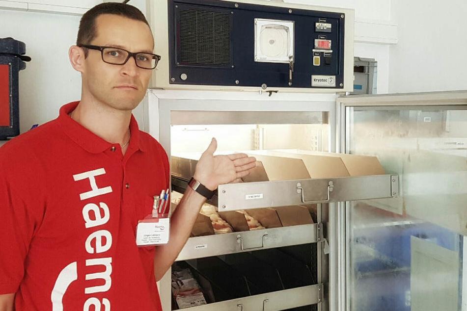 Jürgen Lehmann (36), Leiter der Herstellung, ist besorgt und zeigt auf einen fastleerenBlutdepotlagerschrank.