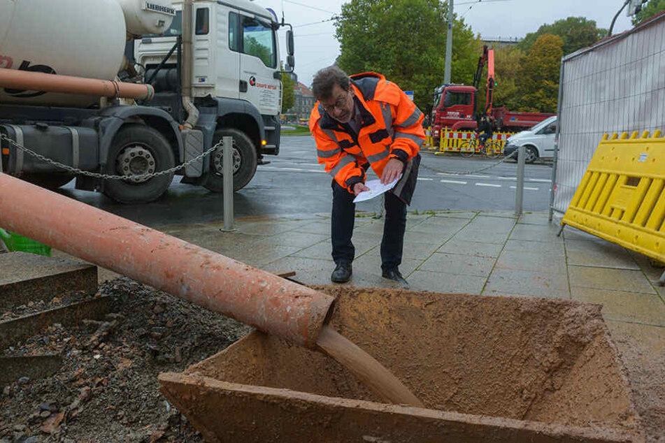 Reinhard Koettnitz (61), Chef des Straßen- und Tiefbauamtes, inspiziert den Schacht, durch den der Tunnel befüllt wird.