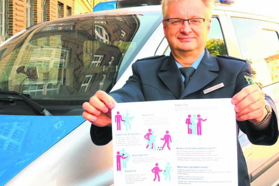 Polizeisprecher Uwe Vogt zeigt das Flugblatt.