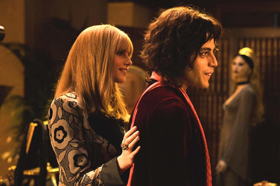 Freddie Mercury (r., Rami Malek) und Mary Austin (l., Lucy Boynton) werden früh ein Paar und heiraten.