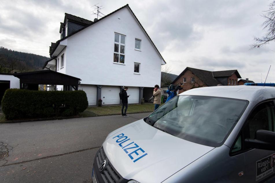 Einsatzkräfte haben in einem Einfamilienhaus in Gummersbach eine männliche Leiche entdeckt.