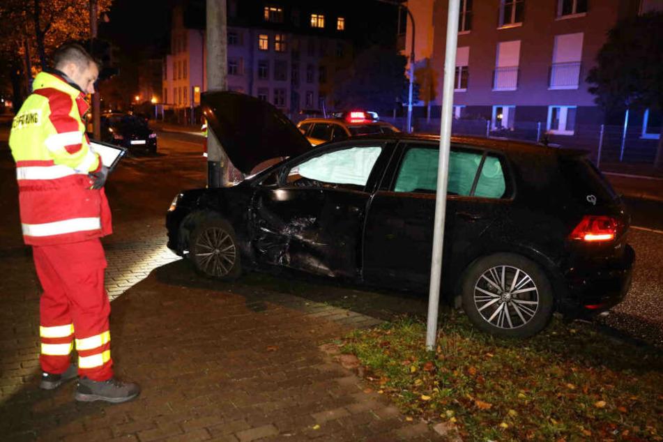 Der VW Golf kam durch den Aufprall von der Fahrbahn ab und landete an einer Straßenlaterne.