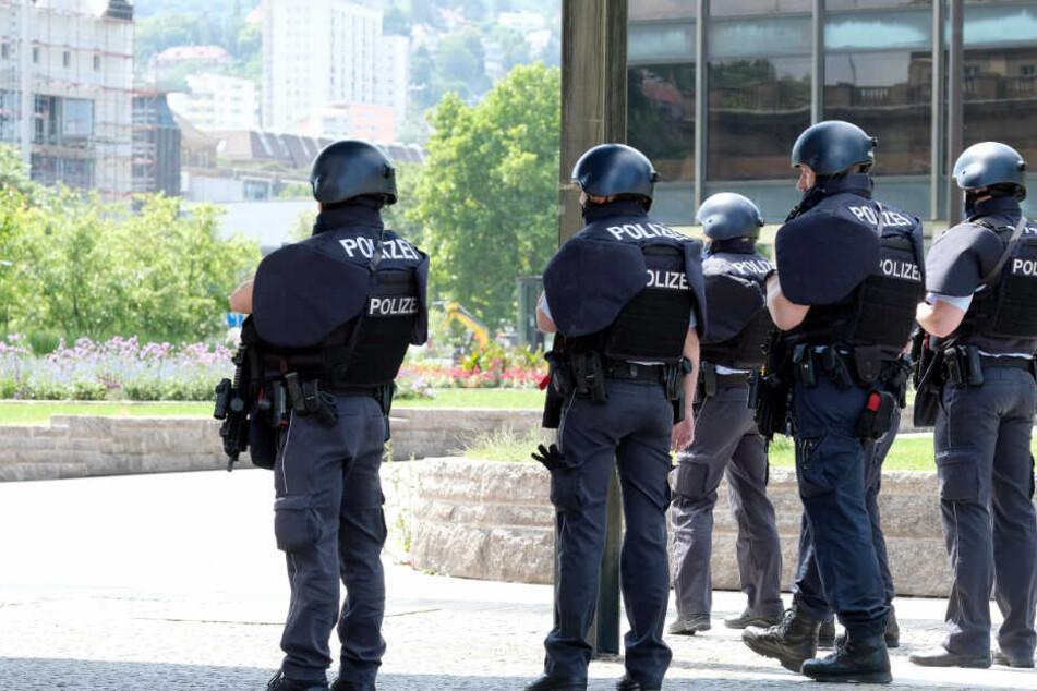 Die Polizisten waren in voller Montur mit Schutzwesten und Helmen ausgestattet. (Symbolbild)