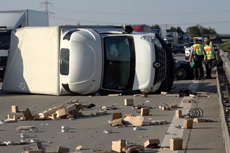 Stundenlanger Stau auf A14: Transporter kippt bei Crash um