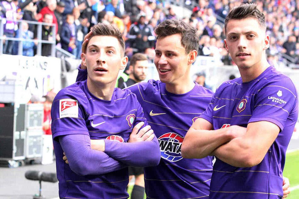 Clemens Fandrich (M.) jubelt mit  Nicolai Rapp (r.) und Mario Kvesic, nachdem Letzterer per Handelfmeter das 1:0  gegen Bielefeld erzielt hatte.