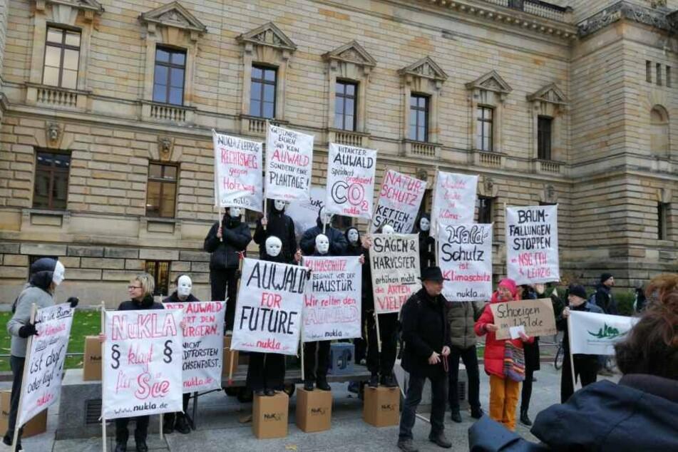 Schwarzbekleidet und maskiert standen die bezahlten Demonstranten vor dem Bundesverwaltungsgericht.