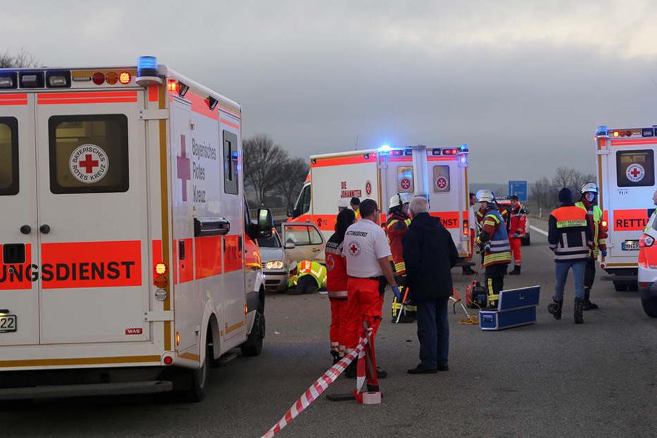 Sanitäter und Feuerwehrleute stehen Heiligabend 2017 bei Bad Grönenbach zwischen mehreren Krankenwägen auf der A7. Bei einem Unfall wurde eine junge Frau lebensgefährlich verletzt.