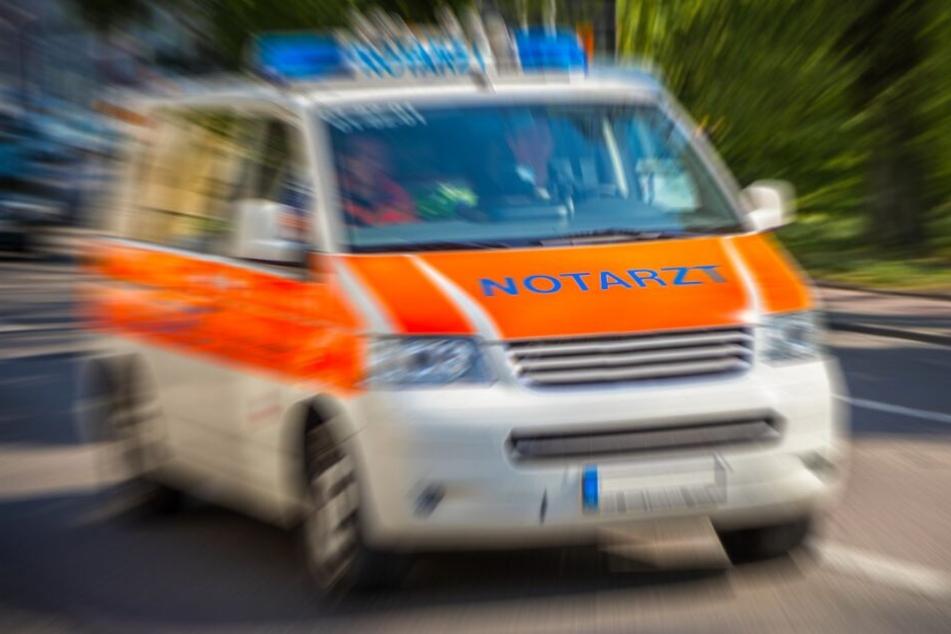 Der schwerst verletzte Mann (18) wurde in ein Krankenhaus gebracht (Symbolbild).