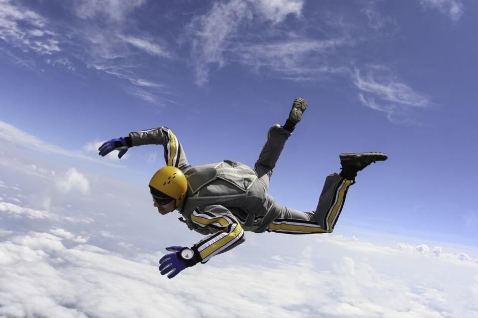 Der 17-Jährige hatte einen Einzel-Sprung aus einem Flugzeug gewagt. (Symbolbild)