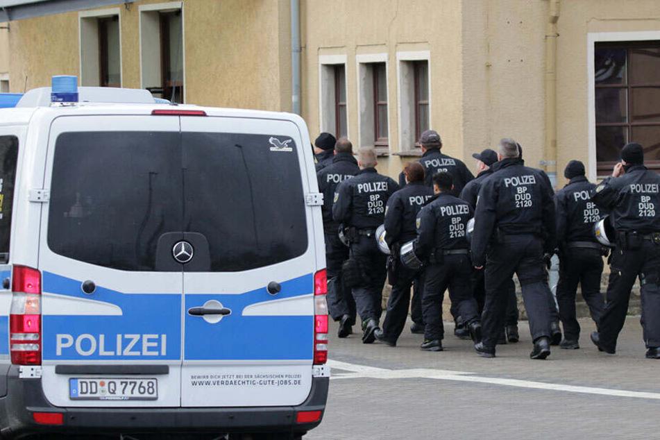 Mit einem Großaufgebot sichert die Polizei die Veranstaltung ab.