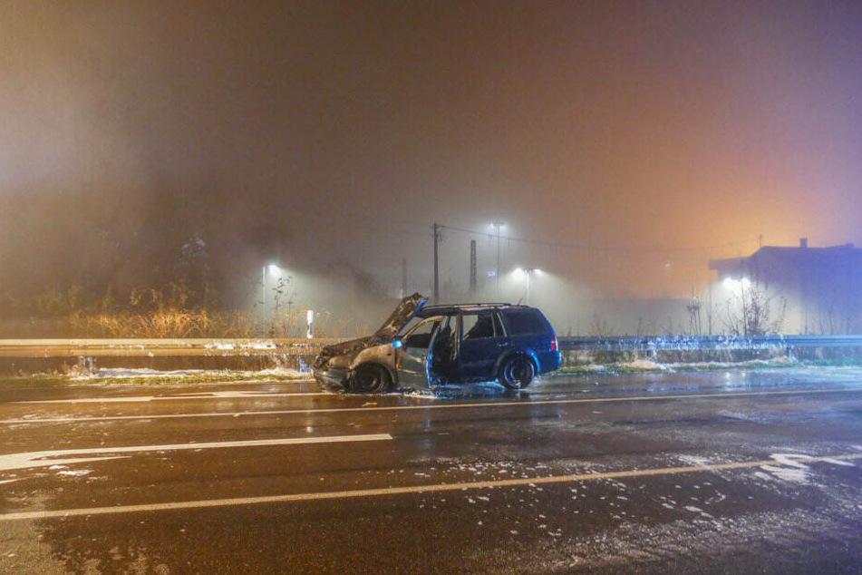 Das Auto brannte auf der Bundesstraße.
