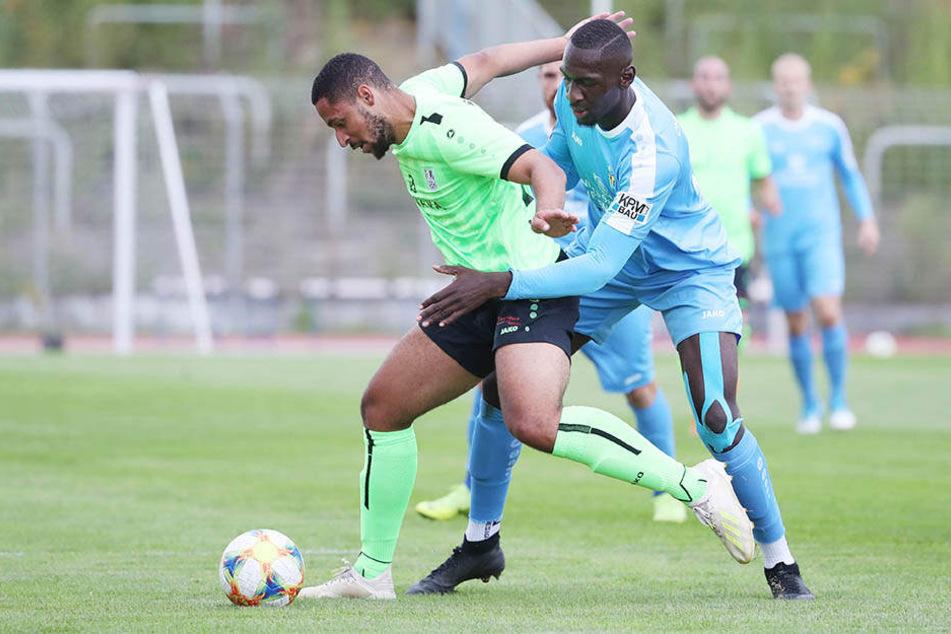 CFC-Kicker Tarsis Bonga (l.) und David Vetterlein vom FSV Union Fürstenwalde im Zweikampf um den Ball.