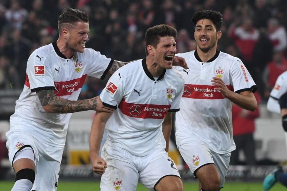 Mario Gomez (m.), Daniel Ginczek (l.) und Berkay Özcan bejubeln das Tor gegen Hertha.
