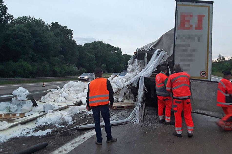 Laster kippt auf A4 um: Mehr als 100.000 Euro Schaden