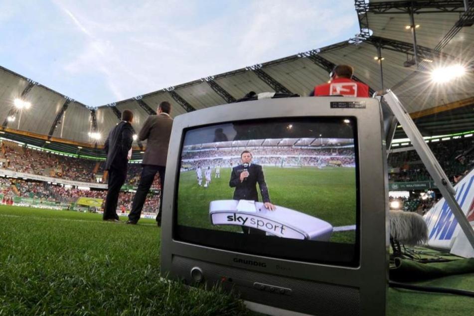 Fußballfans schauen gebannt auf Sky-Discovery-Poker