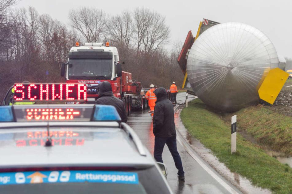 200 Tonnen schwerer Gastank umgekippt: Bergung weiter fraglich