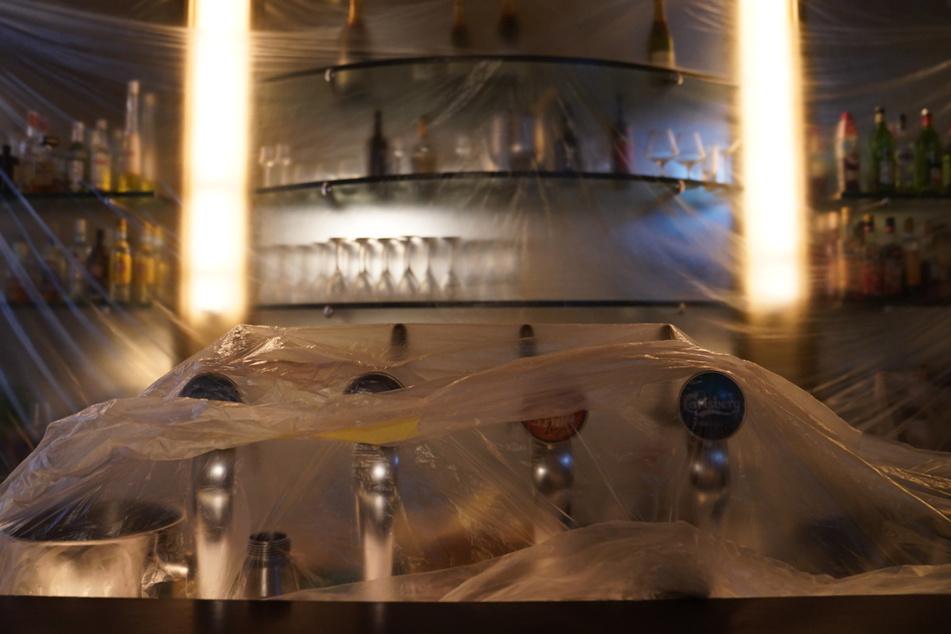 Eine Bar ist mit Plastikfolien abgedeckt. Ab dem Wochenende darf die Innengastronomie wieder öffnen.