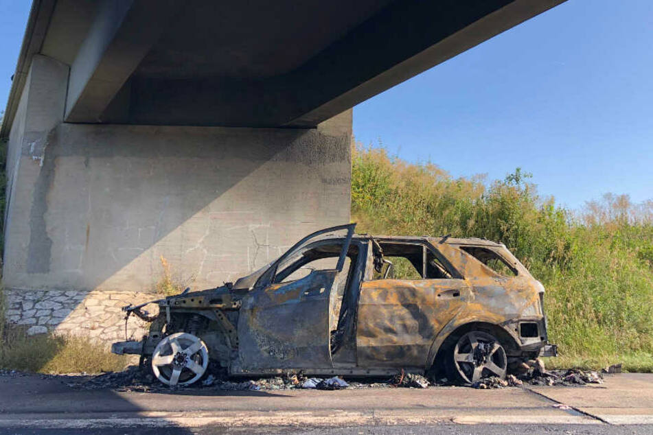 Völlig ausgebrannt steht der Mercedes unter einer Brücke. Durch die hohe Hitze besteht nun die Gefahr, dass sich einzelne Betonteile ablösen könnten.