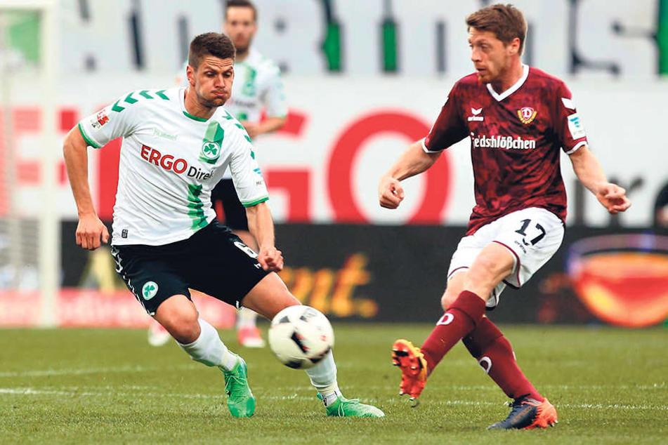 "Andreas ""Lumpi"" Lambertz r.) spielt den Ball vor Andreas Hofmann- und redet nach Abpfiff den Pechvogel Aias Aosman stark."