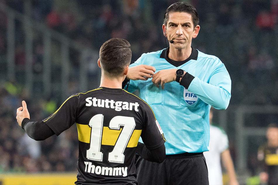 Schiedsrichter Deniz Aytekin zeigt VfB-Offensivspieler Erik Thommy die Rote Karte.