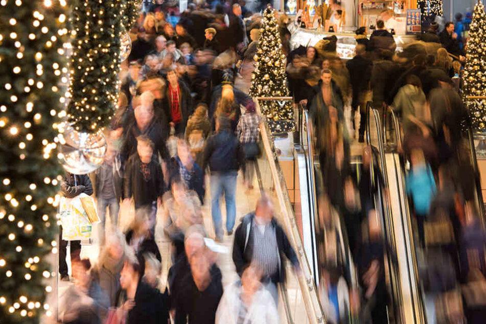 """Zahlreiche Menschen strömen in Hamburg durch das Shoppingcenter """"Europapassage""""."""