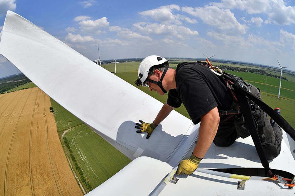 Daniel Stolle von der Zopf Energieanlagen GmbH wartet ein Windrad. Insgesamt 17 Angestellte beschäftigt das Unternehmen, darunter Ingenieure, Elektriker, Schlosser und Monteure.
