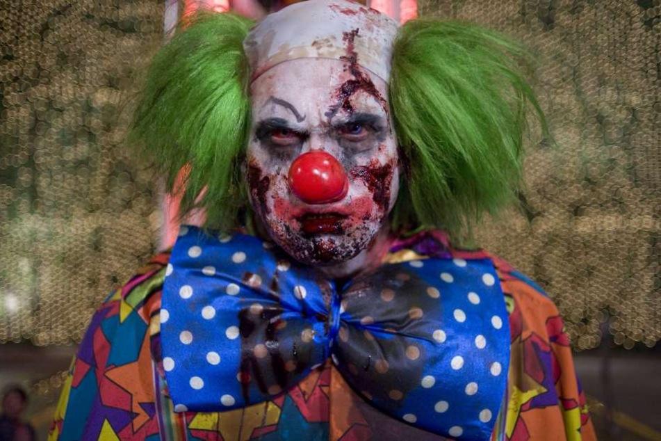 Ein Horror-Clown wurde von einem Jungen mit einem Stein k.o. geschlagen.