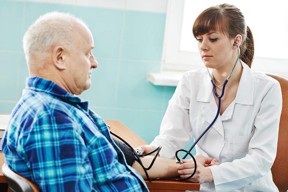 Wer nach Ende der Sprechzeiten einen Arzt braucht, bekommt unter der Telefonnummer 116 117 Hilfe. (Symbolbild)