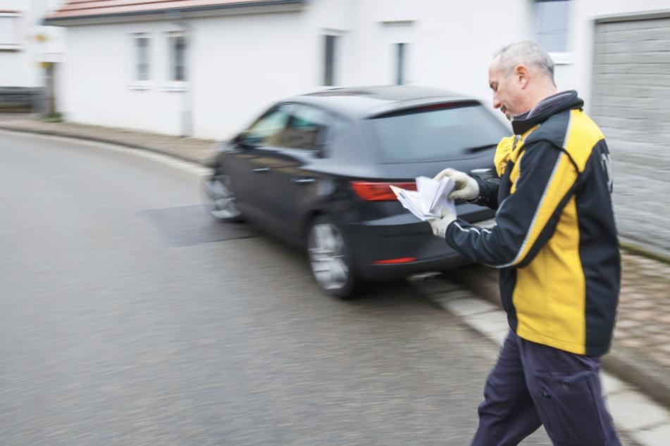 Dany Bousquet arbeitet heute bei der Post. Hier trägt er Sendungen in einem Zustellgebiet in Gottenheim aus.
