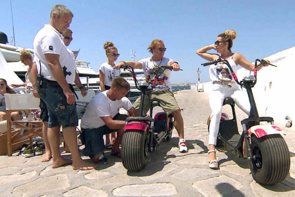 An der Hafenpromenade testen die Geissens Roberts neue Elektro-Motorräder.