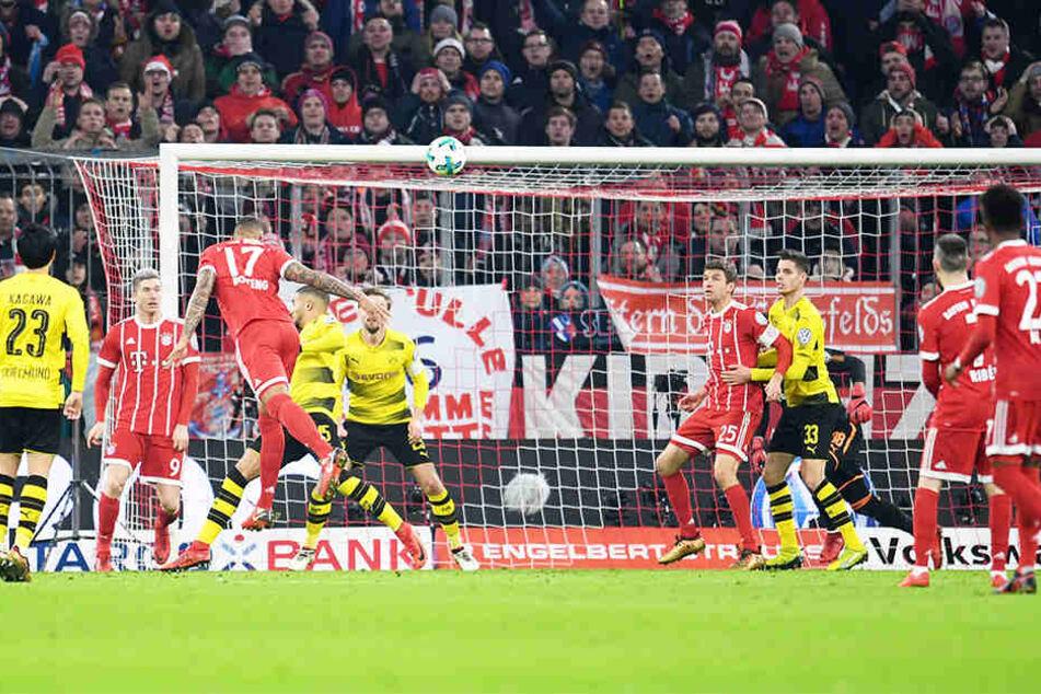 Neben Bundesligaspielen zeigen die Öffentlich-Rechtlichen auch Pokalspiele. Im Match zwischen Bayern München und Borussia Dortmund (Dezember 2017) trifft Jerome Boateng (Nummer 17) per Kopf zum 1:0.