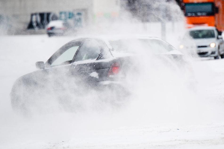 Schneeverwehungen und Glätte sorgen für absolutes Gefahrenpotential auf den Straßen. (Symbolbild)