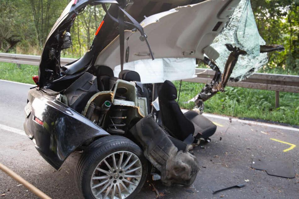 Auto wird in zwei Teile gerissen: 26-Jähriger stirbt bei Horror-Crash