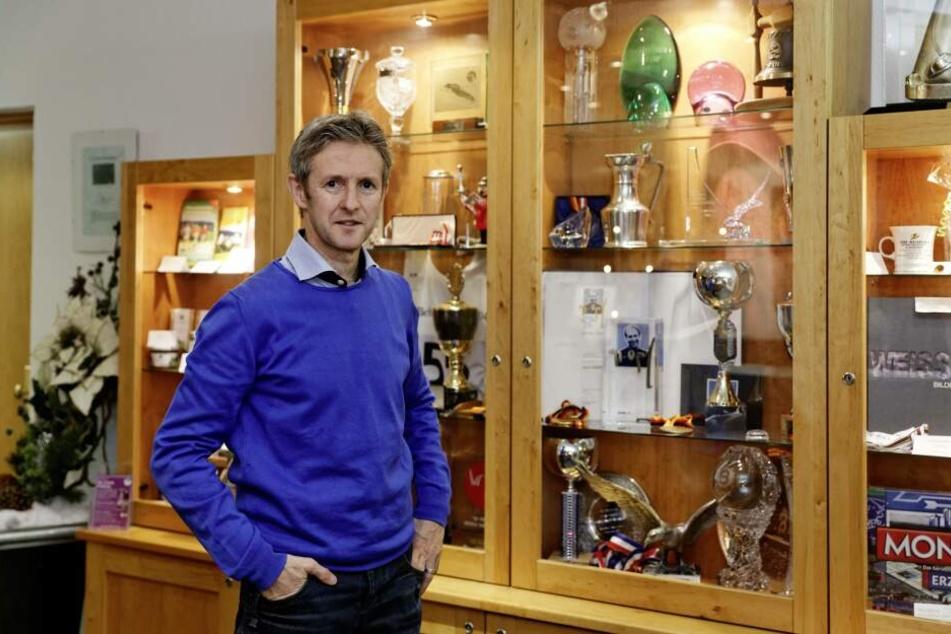 Heute ist Jens Weißflog Hotelier. Der 54-Jährige hat in seinem Hotel Duplikate seiner drei Goldmedaillen und viele anderen Pokale ausgestellt.