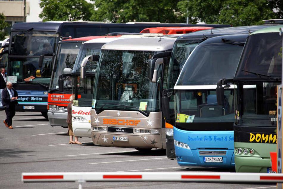Auf dem Busparkplatz pöbelte der Mann Reisende an. (Symbolbild)