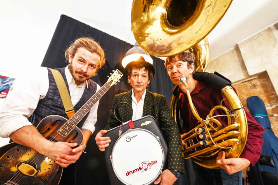 """Mit Koffertrommel und Sousaphon für den guten Zweck: Unter anderem Adrian Röbisch (31), Matthias Peuker (48) und Toralf Klein (49) stehen morgen bei der """"Weihnachtsausgabe"""" der Shampoo-Show auf der Bühne."""