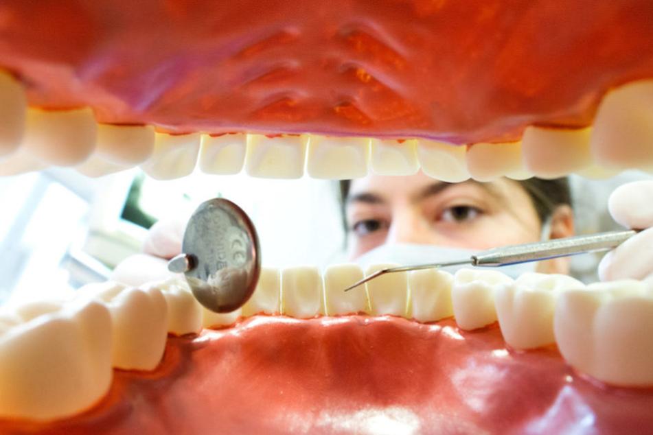 Zahnärzte in Deutschland blicken seltener in den Mund männlicher Patienten. (Symbolbild)