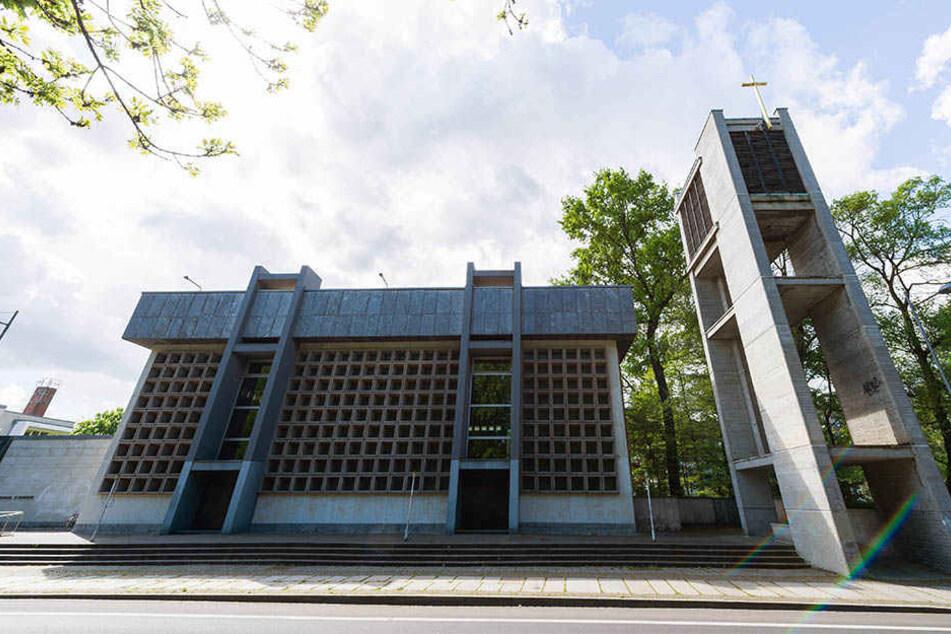 Die alte Propsteikirche in der Emil-Fuchs-Straße wechselt den Besitzer. Das Geld ist überwiesen, der Kauf ist abgeschlossen.