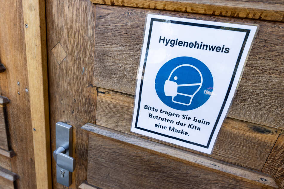 Ein Schild am Eingang einer Kita weist auf die Hygieneregeln hin.